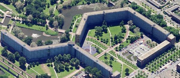 Bijlmermuseum met flats Gooioord en Groeneveen.png 600