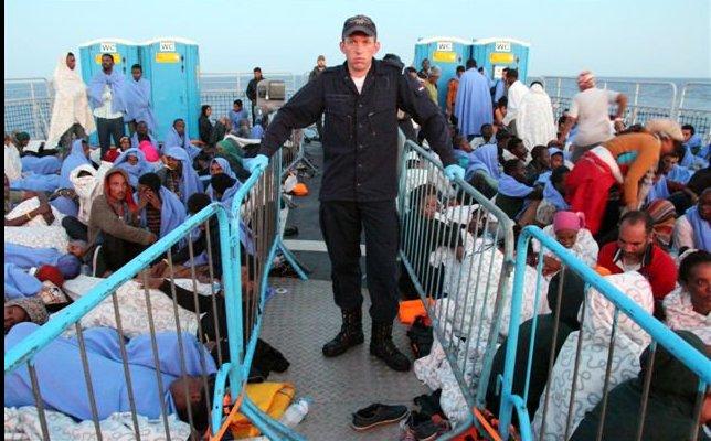 Nederlandsmarineschipmetvluchtelingen