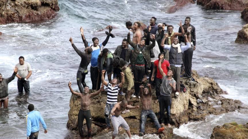 migranten zwemmen naar ceuta